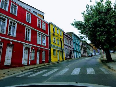 Casas coloridas de Valparaíso muy transitadas por el turismo