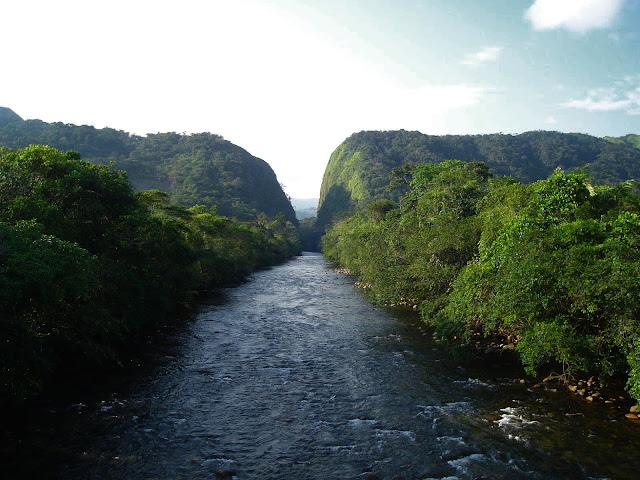 rio fragua desde el puente con el portal de las montañas al fondo