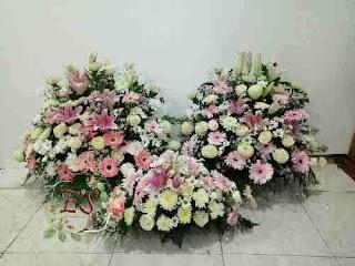 bunga kanan kiri dan bawah foto tutup peti mati