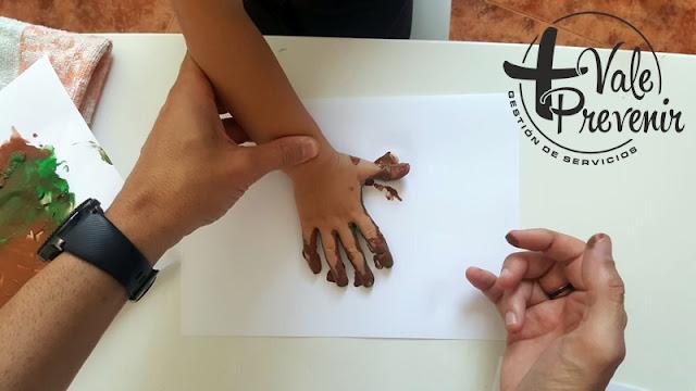 huella de manos con pintura de dedos