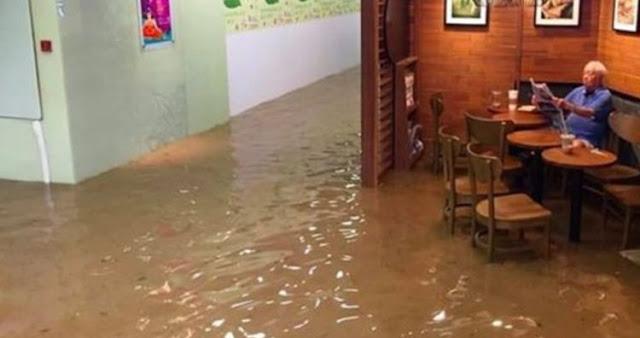 Lihat Kakek ini! Meskipun Sedang Banjir dengan Santainya Minum Kopi dan Baca Koran