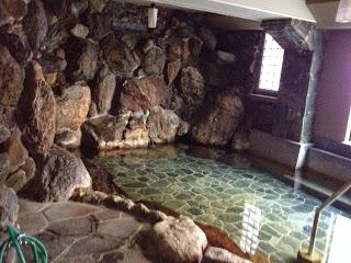 la vasca dell'uchiyu, sullo sfondo di una parete di roccia