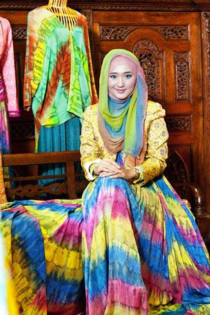 kisah cerita sukses desainer fashion muslimah dian pelangi hijabers koleksi pakaian baju musana muslim syari kerudung pashmina tips trik strategi merek brand lokal indonesia internasional marketing pemasaran penjualan berhasil menarik inspiratif pengusaha wiraswasta