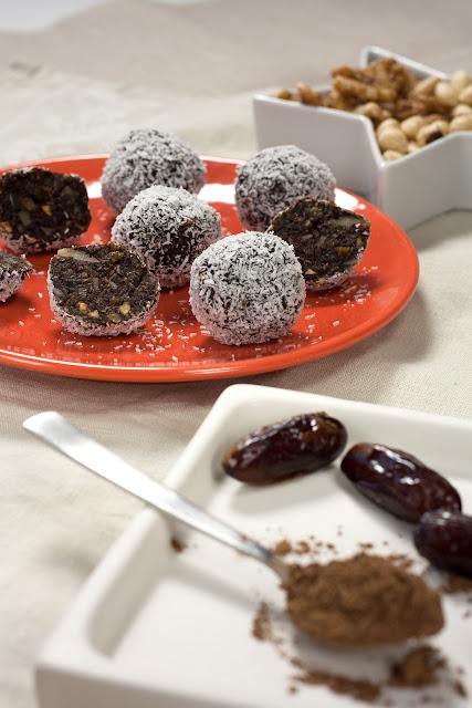 Raw kuglice od rogača sa urmama i koštunjavim voćem bez dodatog šećera