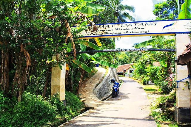 Gerbang menuju kawasan wisata Curug Tonjong