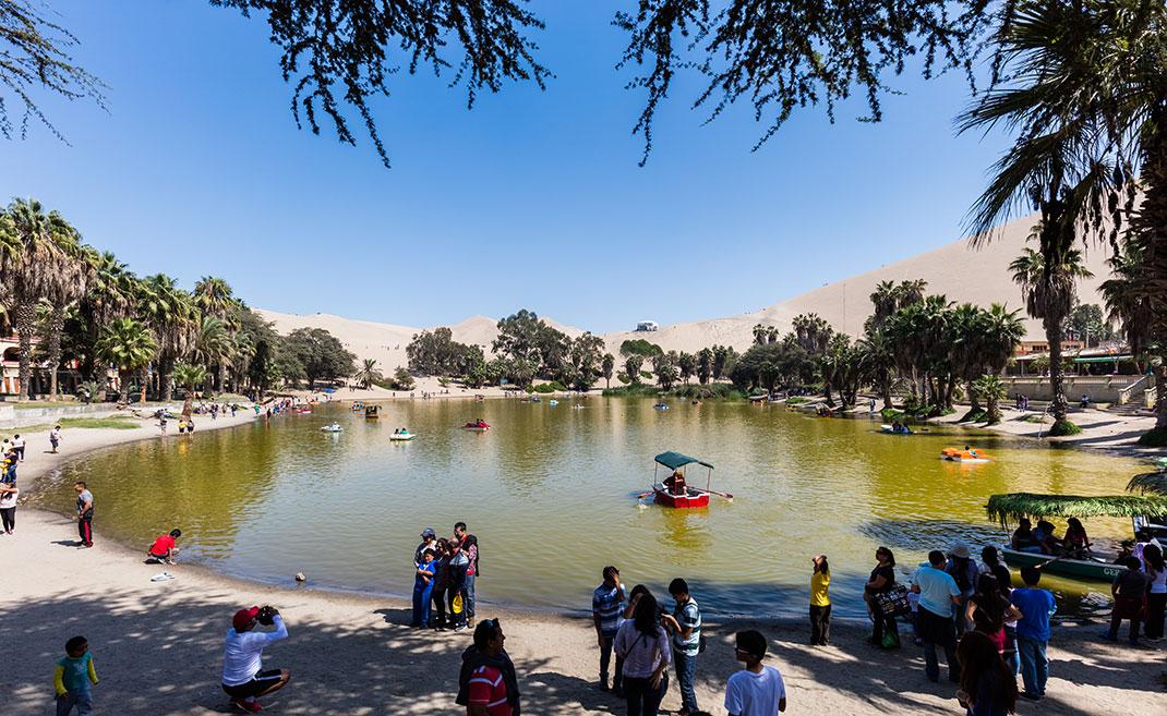 Туристы в оазисе Уакачина в Перу
