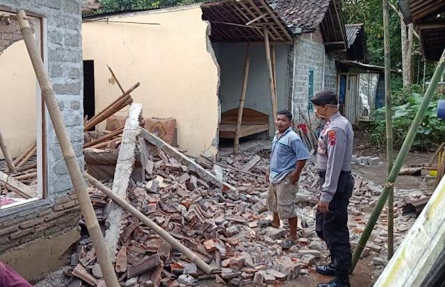 Polisi Polsek Kutasari Cek Rumah Ambruk di Desa Candiwulan