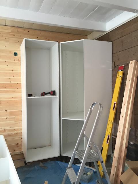 Behind a blue door: kjøkkenet er på gang !