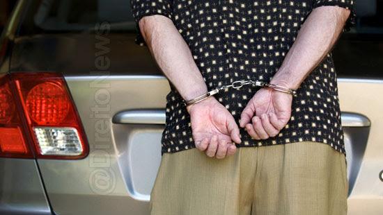 homem preso carro processa estado direito