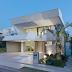 Fachada de casa inclinada branca e cinza com revestimento 3D!