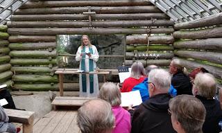 Luontokirkko, seurakunnan pappi pitämässä jumalanpalvelusta