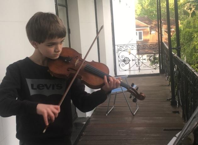 Un ragazzo albanese britannico raccoglie £ 1.000 per l'ospedale con esibizioni di violino dal balcone di Highgate