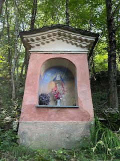 A trailside altar above Valtorta along the Antica Via del Ferro.