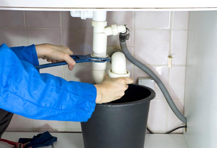 Cómo desatascar tuberías en viviendas