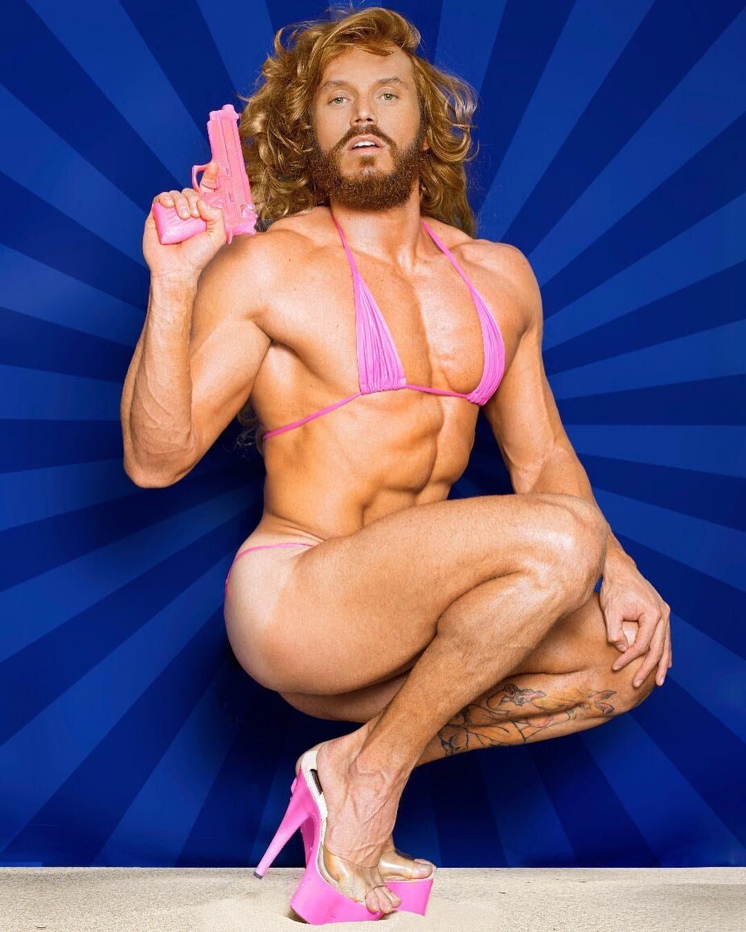 De biquíni, Franklin David reproduz pose de Pamela Anderson na capa da Playboy. Foto: Ronaldo Gutierrez