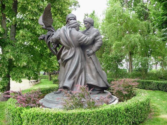 Батурин. Цитадель. Скульптурная композиция «Мать. Сыновья мои – соколы»