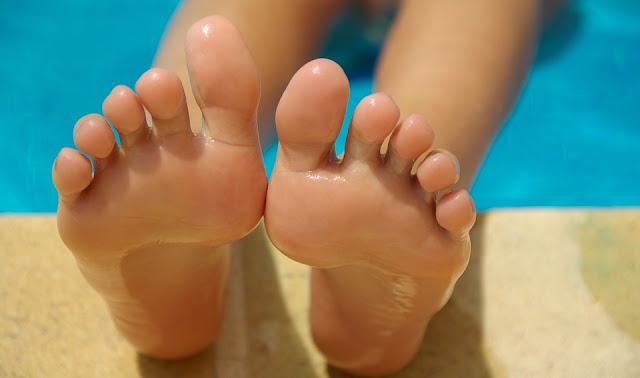 vazelin kullanarak tedavi olan  kurumuş ayaklar ve çatlamış topuklar