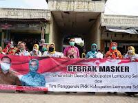 Cegah Penyebaran Covid 19, Pjs Ketua TP PKK Lamsel Bagikan Masker Ke Warga