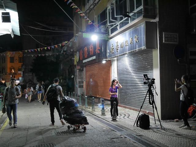 Reporter at Rua de Cinco de Outubro