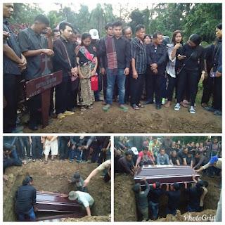 Wajah kesedihan 3 orang anak saat kedua orang tua di makamkan dalam 1 liang lahat