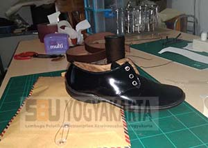 membuat sepatu kulit mengkilap