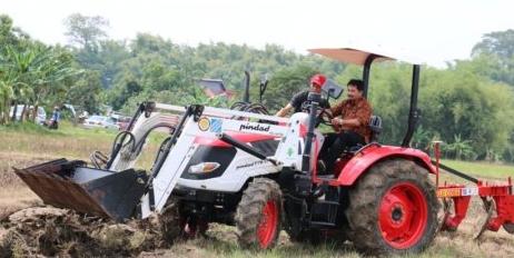 Sukseskan Swasembada Pangan Petani Banyuwangi Terima Reward Ratusan Alat Dan Mesin Pertanian