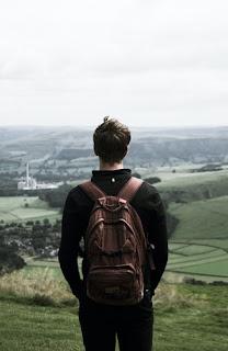 Un tip care stă cu spatele - foto de Adam Birkett - unsplash.com