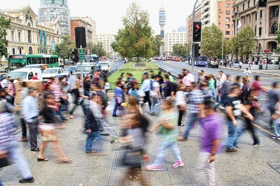 Imagem de pessoas andando na rua
