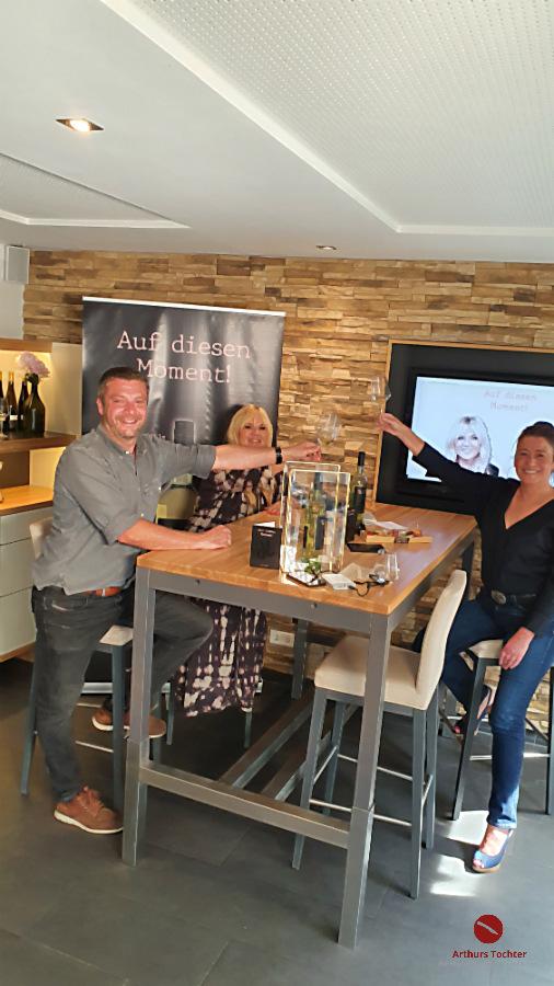"""Arthurs Tochter Astrid Paul mit Julia Leischiks Wein """"Auf diesen Moment"""""""