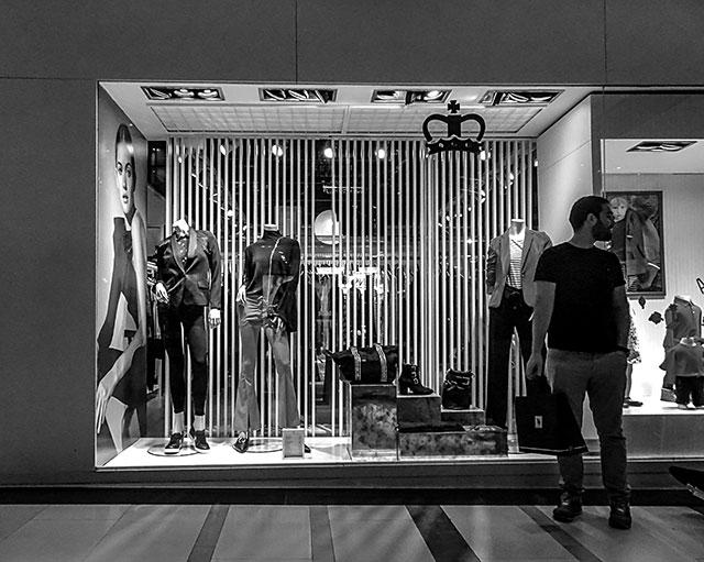 BYN. Hombre en un shopping esperando algo.