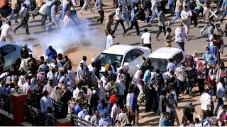 """عاجل ...فض اعتصام المتظاهرين السودانيين امام القيادة العامة للجيش """"اضغط للتفاصيل"""""""