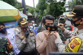 Keren !!! Pedagang Pasar Klandasan Dapat Masker Bergambar TNI - Polri