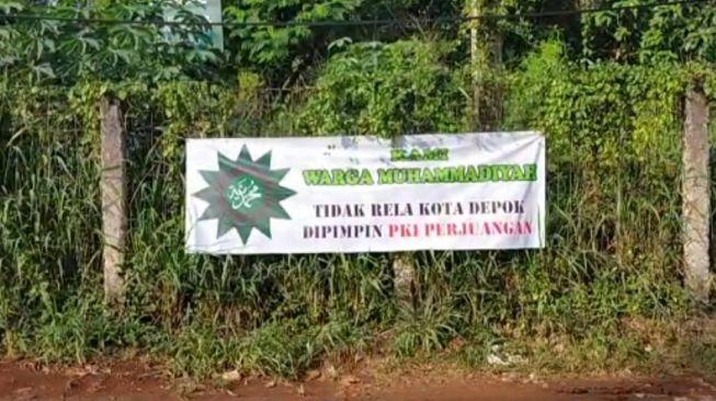 Heboh Pemasangan Sebuah Spanduk Bertuliskan 'PKI Perjuangan' di Depok