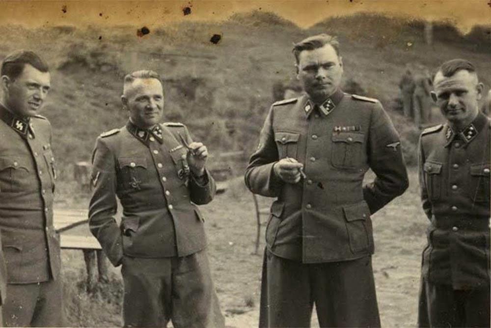 Los oficiales de las SS se relajan en los terrenos del retiro de Solahütte.