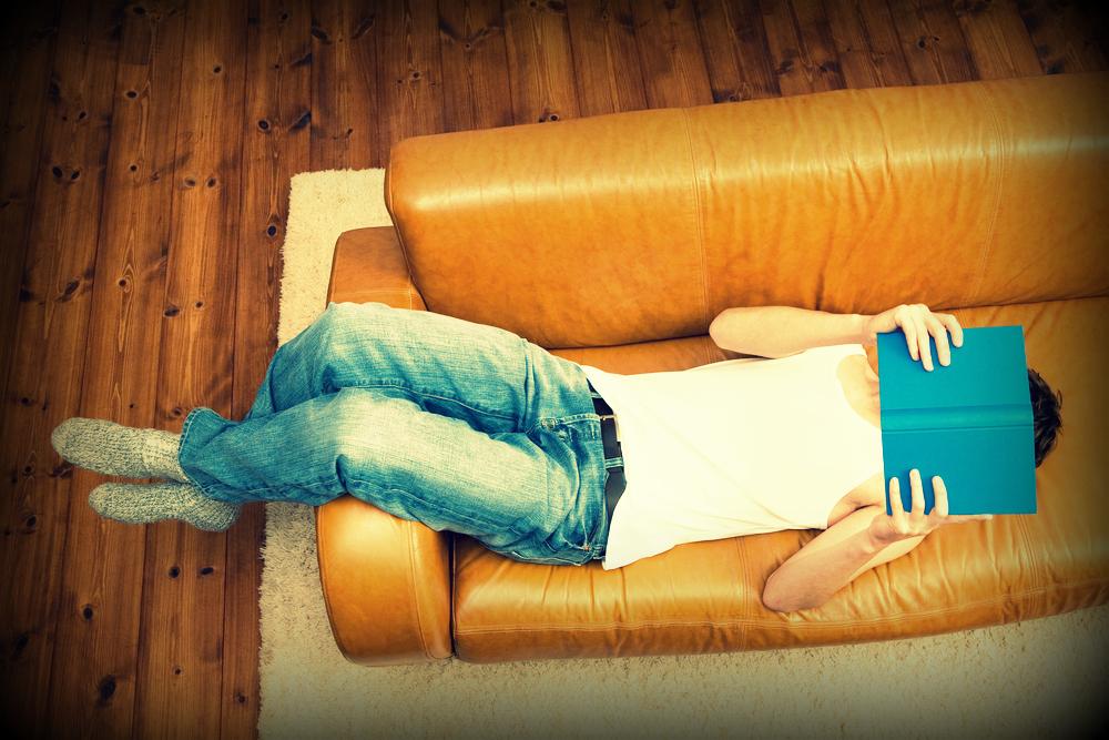 Persona leyendo sofá