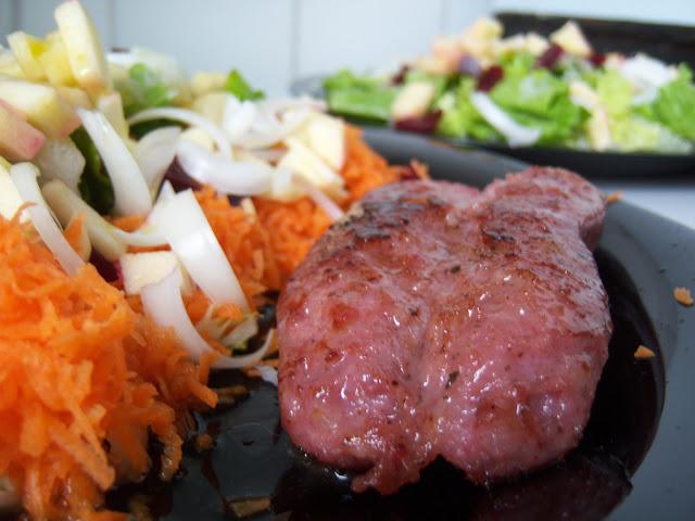 Chorizo criollo a la plancha con ensalada de temporada
