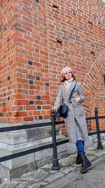 Trzy stylizacje klasycznego damskiego płaszcza