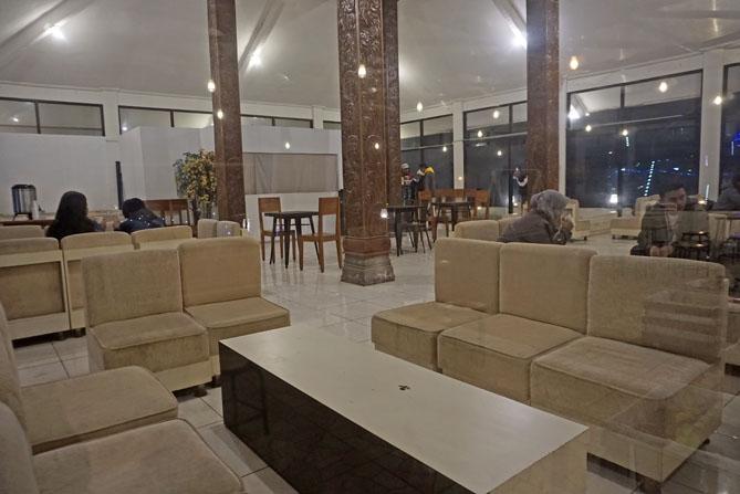 Sofa-sofa di dalam ruangan rsto Tani Jiwo Hostel Dieng