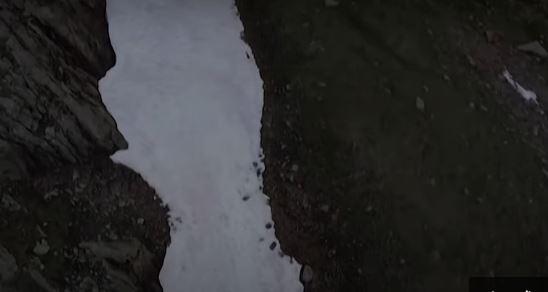 شاهد بالفيديو.. ظهور غامض لجليد وردي في جبال الألب