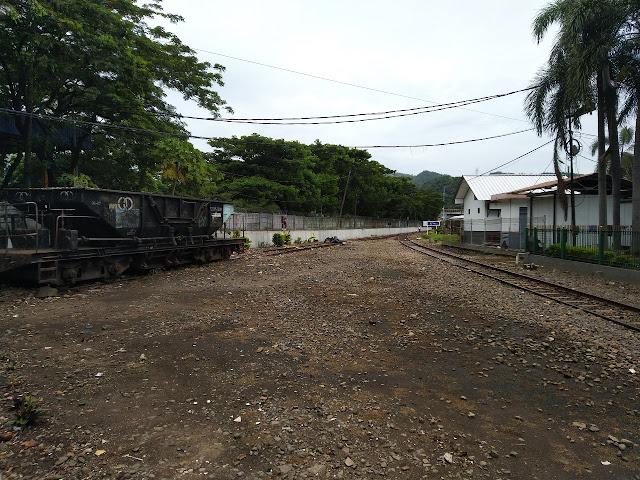 rel depan stasiun Merak