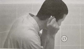 membasuh telinga