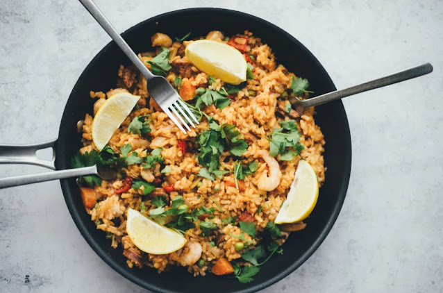 """<img src=""""rice.png"""" alt=""""Rice, orange in plate with spoon and fork"""">"""