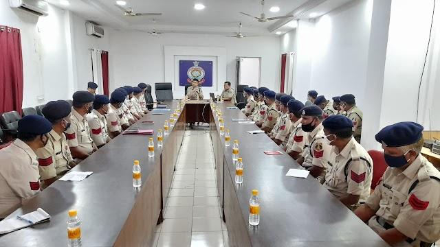 पुलिस अधीक्षक दुर्ग ने थानो के मुंशी की ली गई बैठक,थानो के रिकार्ड दुरूस्त रखने एवं आवेदन के निराकरण का दिया निर्देश