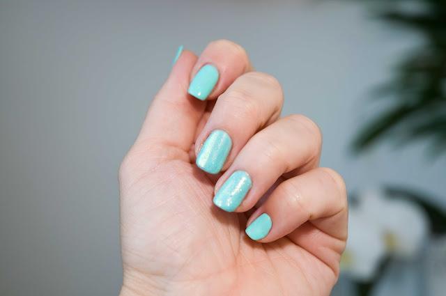 miętowy kolor na paznokciach Semilac nr 022 Mint