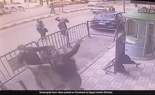 तीन पुलिस ऑफिसर ने तीसरे फ्लोर पर लटका हुआ था बच्चा, कैसे बचाया