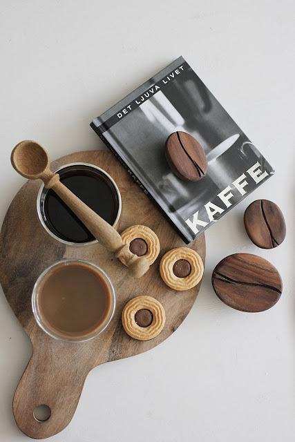 annelies design, webbutik, butik, varberg, inredning, inredningsbutik, presentbutik, träslöv, träslövsvägen, dekoration, inspiration, kaffe, mugg, muggar, dubbla, glas, kaffebok, loppis, loppisfynd, sked av ek, ballerinakex, göteborgs kex, kaffeböna, kaffebönor
