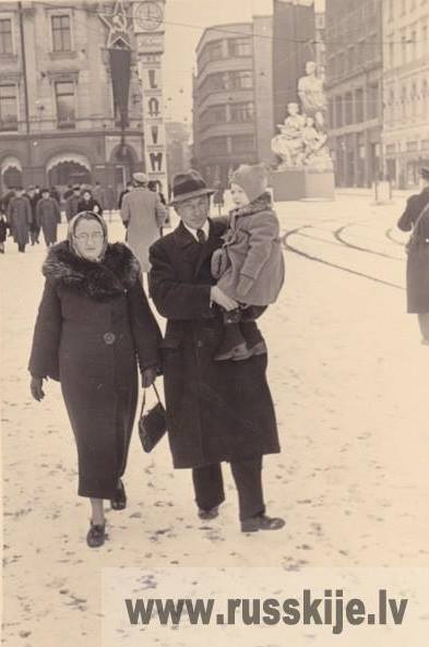 "Зима 1940-1941 года. Рига. Бульвар Бривибас. Возле ""Лаймы"""