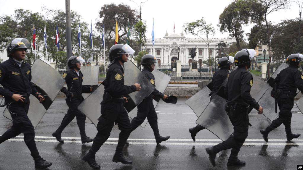 La policía antidisturbios camina frente al edificio cerrado del Congreso en Lima, Perú, el martes 1 de octubre de 2019 / AP