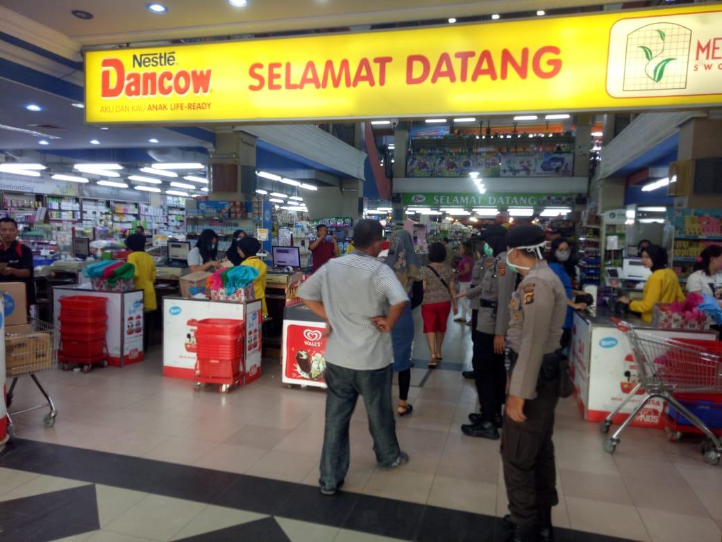Personil Polda Jambi Lakukan Pemantauan Terhadap Penegakan SOP Pencegahan Penyebaran Virus Covid-19 Di Mall Di Kota Jambi