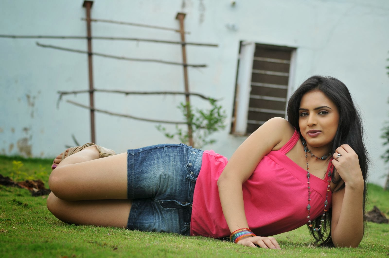 Gorgeous Ritu kaur hot photo gallery in denim shorts